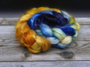 Kammzug aus Mohairfasern in einem Farbverlauf von gelborange über blau nach dunkelblau