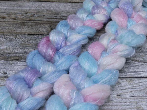 Kammzug aus einer Mischung von Polwarth, Seacell und Tencel in zarten Blau-, Rosa- und Lilatönen