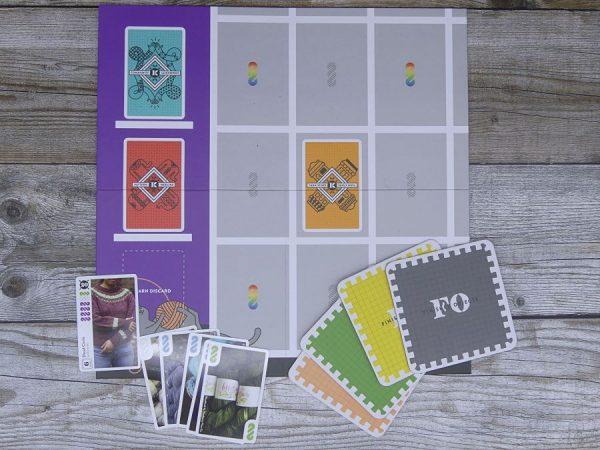 Spielbrett und Karten von Knitting the Card game