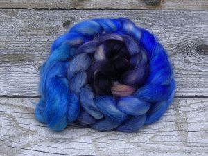 Kammzug aus Mohairfasern in einem Farbverlauf von verschiedenen Blautönen