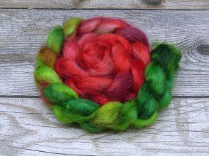 Kammzug aus Mohairfasern in einem Farbverlauf von grün nach rot