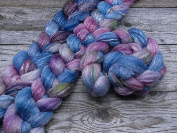 Kammzug aus einer Mischung von Polwarth, Seacell und Tencel in blau und rotviolett